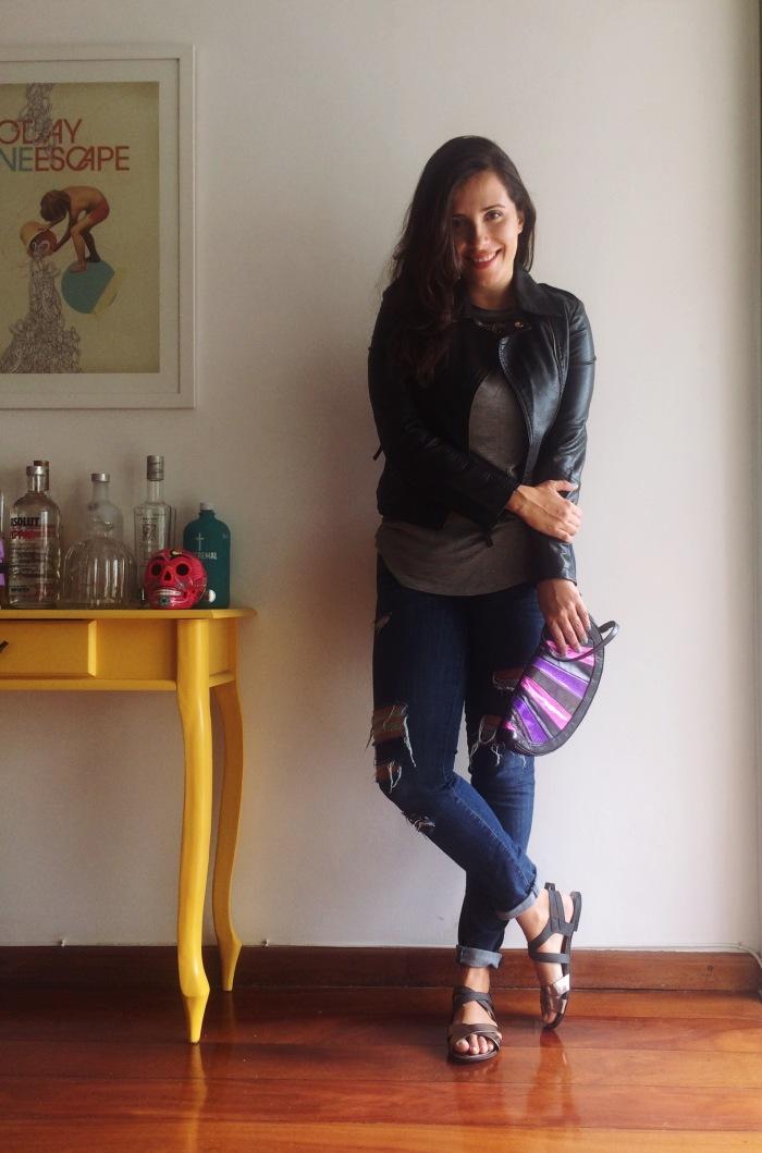 cb4b9a937 Veja outros looks com as peças usadas hoje! calça jeans rasgada · camiseta  cinza
